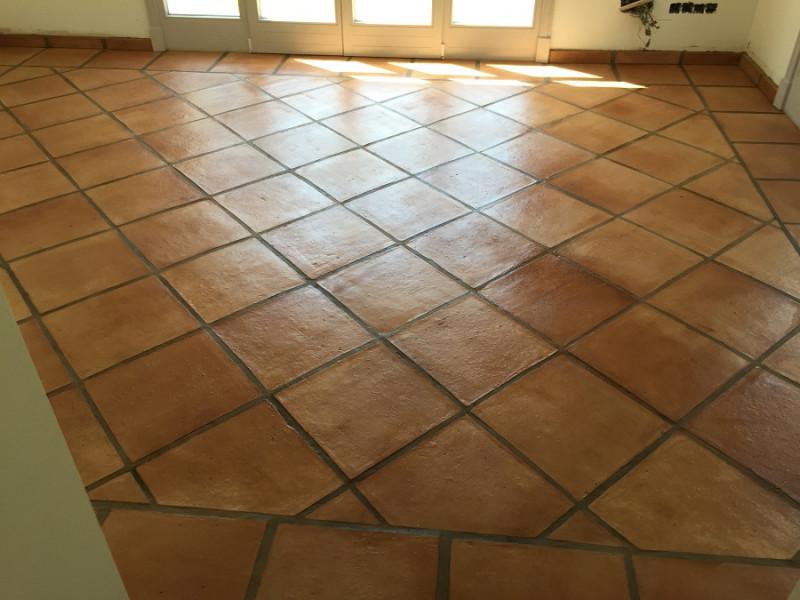 tratamiento efecto satinado en suelo de barro interior 02