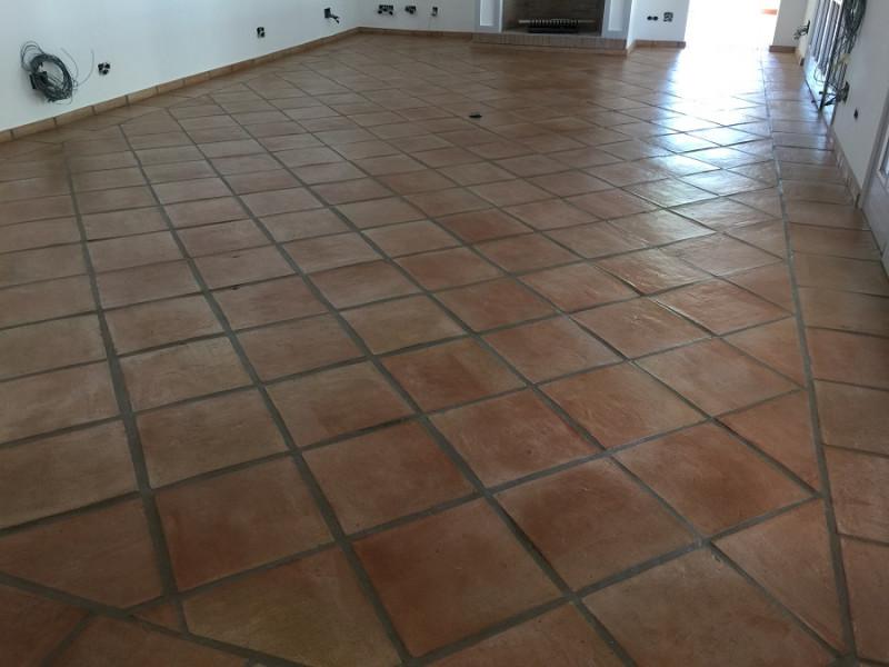 tratamiento efecto satinado en suelo de barro interior 03