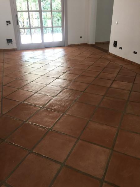 tratamiento efecto satinado en suelo de barro interior 04
