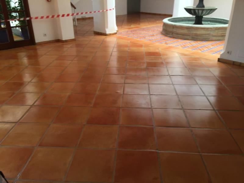 tratamiento suelo barro interior efecto mojado 01