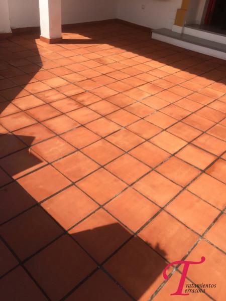 suelo de barro exterior tratado con acabado efecto mojado 02