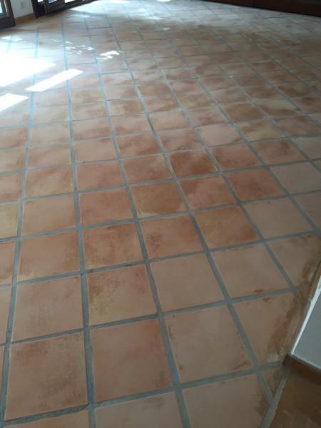 suelo de barro interior tras fase de decapado y limpieza 04