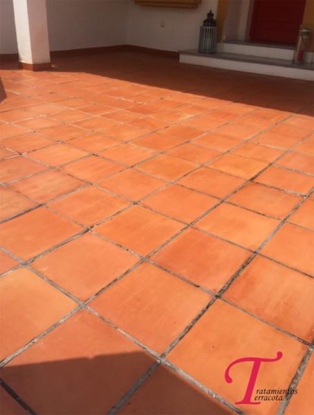 suelo de barro exterior tratado con acabado efecto mojado 04
