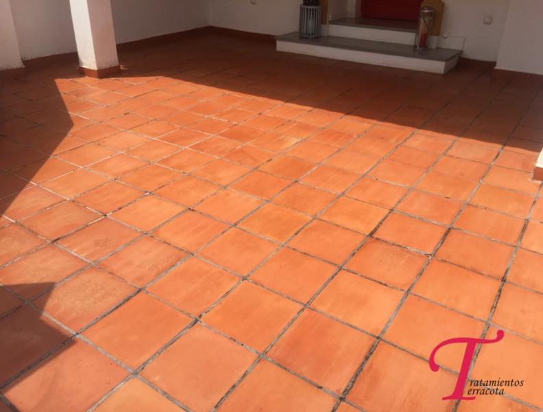 suelo de barro exterior tratado con acabado efecto mojado 05