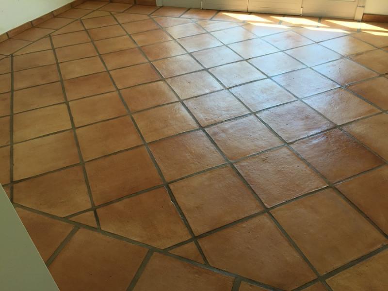 tratamiento efecto satinado en suelo de barro interior 01