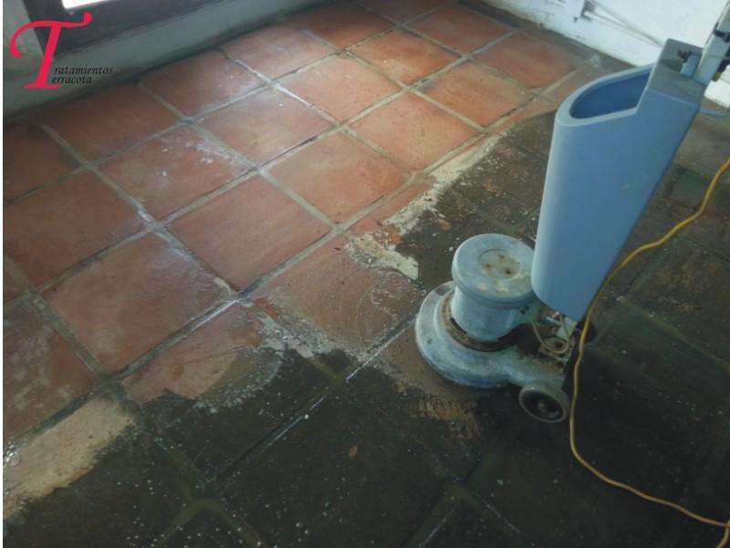 limpiar suelo de barro muy sucio