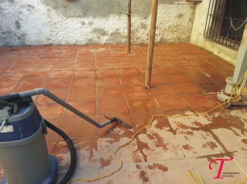 como limpiar suelo de barro