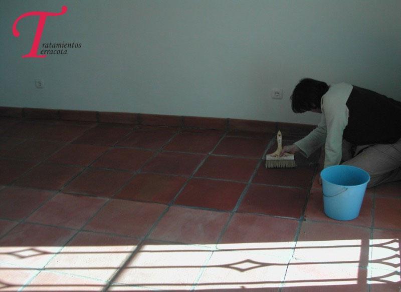 tratamiento suelo barro en interior de casa